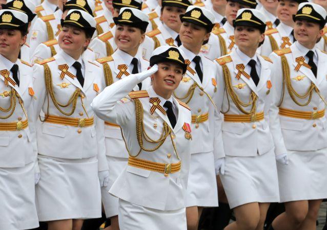 莫斯科的阅兵游行上的军人们
