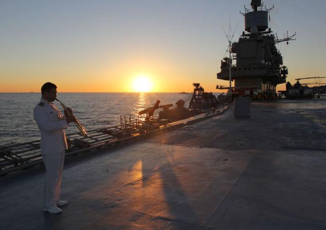 """""""库兹涅佐夫海军上将""""号重型载机导弹巡洋舰甲板上的一名军人。"""