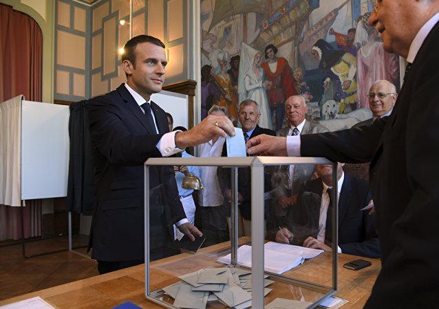 法國總統馬克龍參與該國議會第二輪選舉投票