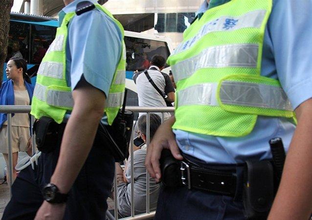 在香港一名用煤气杀死了自己妻女的教授受到指控