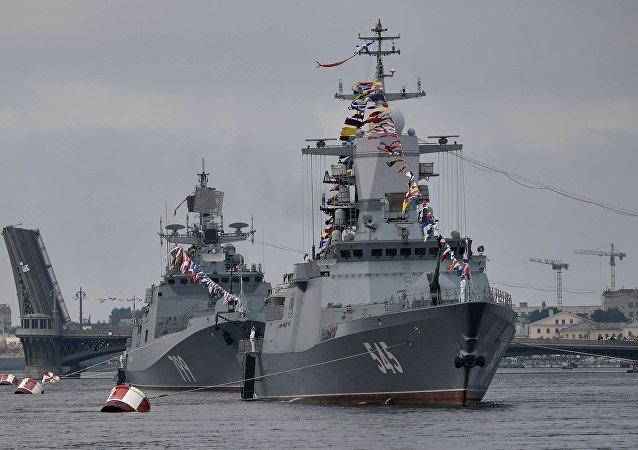「堅強」號巡邏艦(右)和1176型「鯊魚」級登陸艦