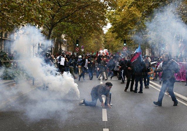 巴黎警方向遊行者噴灑催淚瓦斯