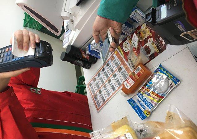 因为一些关于使用银行卡的消费者以前的支付方式或路径已经接受了,认为这已经很便捷了,没有必要去改变支付方式。而中国在传统的信用卡或银行卡支付上和欧美发达国家相比是有差距的,这恰恰使得中国能够在移动支付领域取得后发优势。