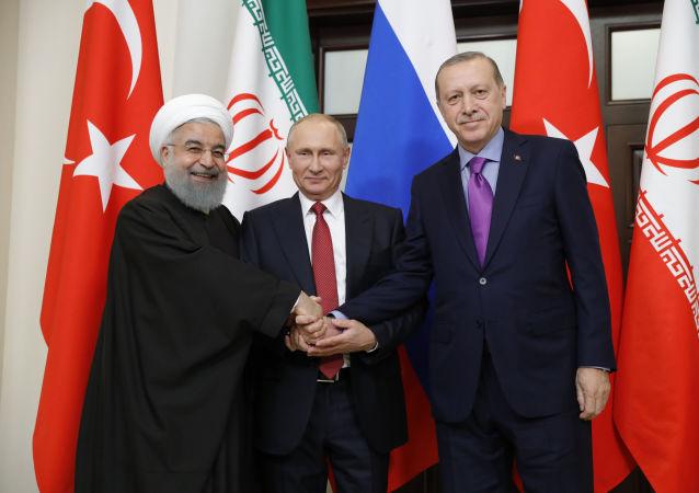 Президент Ирана Хасан Рухани, президент РФ Владимир Путин и президент Турции Реджеп Тайип Эрдоган во время встречи в Сочи