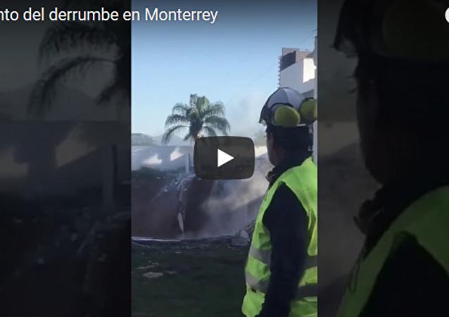 墨西哥三栋公寓楼陷入坑内(视频)