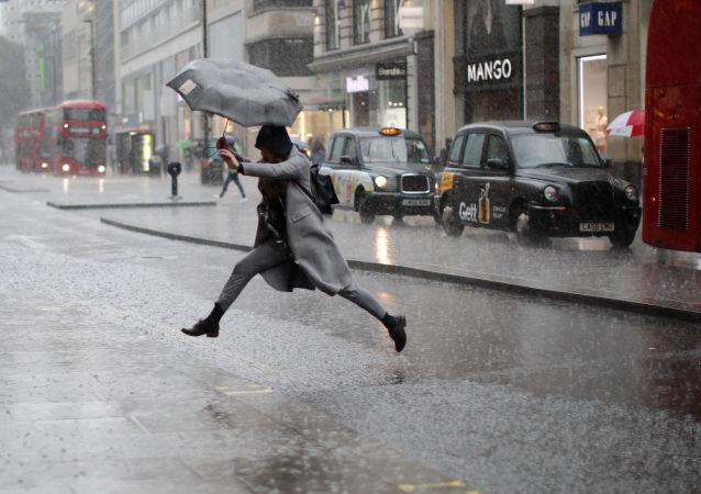 伦敦女孩雨中跳水坑