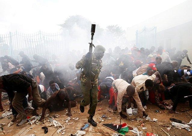 肯尼亚警方用催泪瓦斯阻挡希望参加总统就职典礼的民众