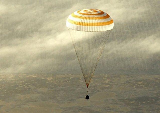三名国际空间站考察组成员返回地球
