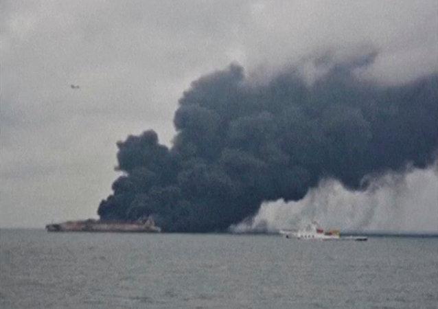 救援人員在東海游輪與乾貨船相撞海域找到兩具遇難者遺體