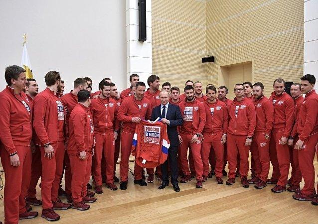 普京與將出戰平昌冬奧會的俄羅斯運動員們進行會面