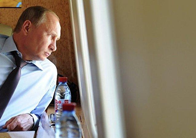 普京乘坐直升機視察頓河畔羅斯托夫的世界杯場館