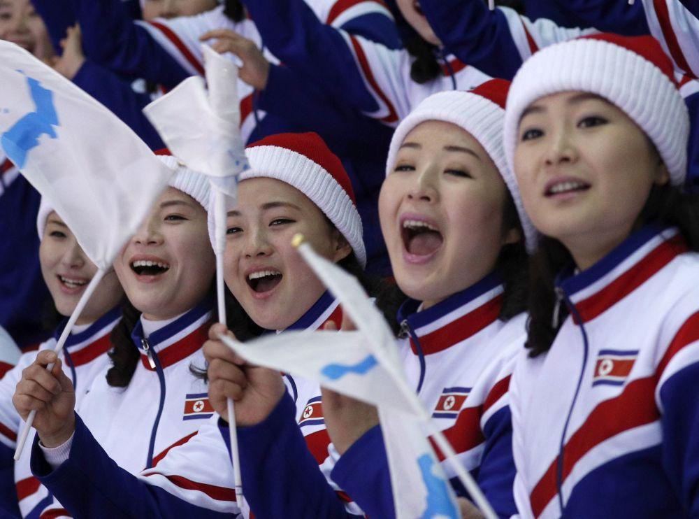 朝鲜拉拉队吸引冬奥观众眼球