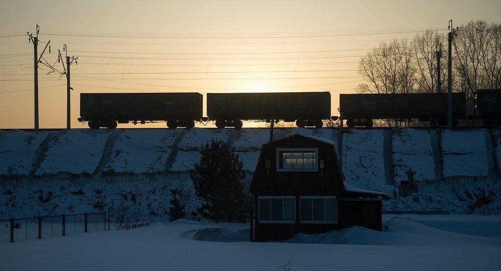 俄彼尔姆边疆区货运列车脱轨200米枕木受损