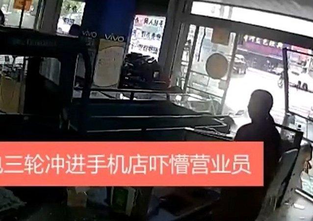 中國台州一隻小狗把主人貨車開進商店
