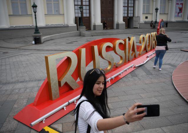 在俄罗斯世界杯期间,将会有17000多人身着志愿者服装,为球迷和运动员提供服务,帮助他们在体育场及周边地区辨别方向。