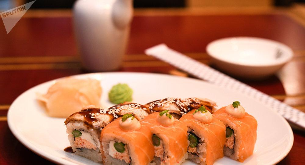 """《丽丝》餐厅""""三文鱼和鳗鱼寿司卷"""""""