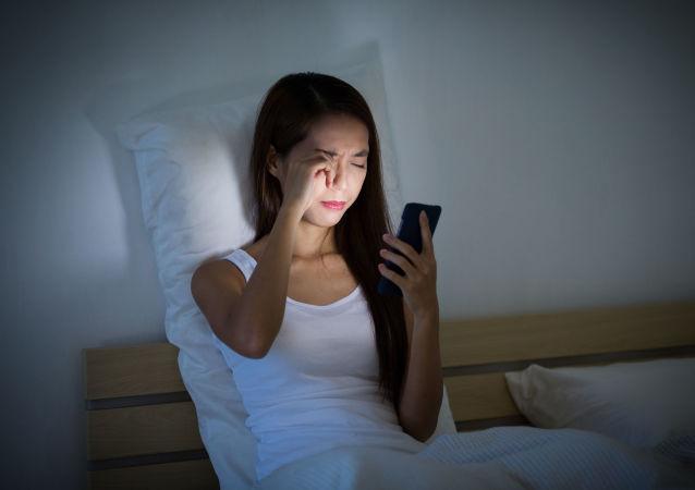 俄医生评估把智能手机放在枕边睡觉的危险
