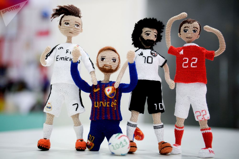 伏爾加格勒手工藝人鈎織2018年世界杯運動員娃娃