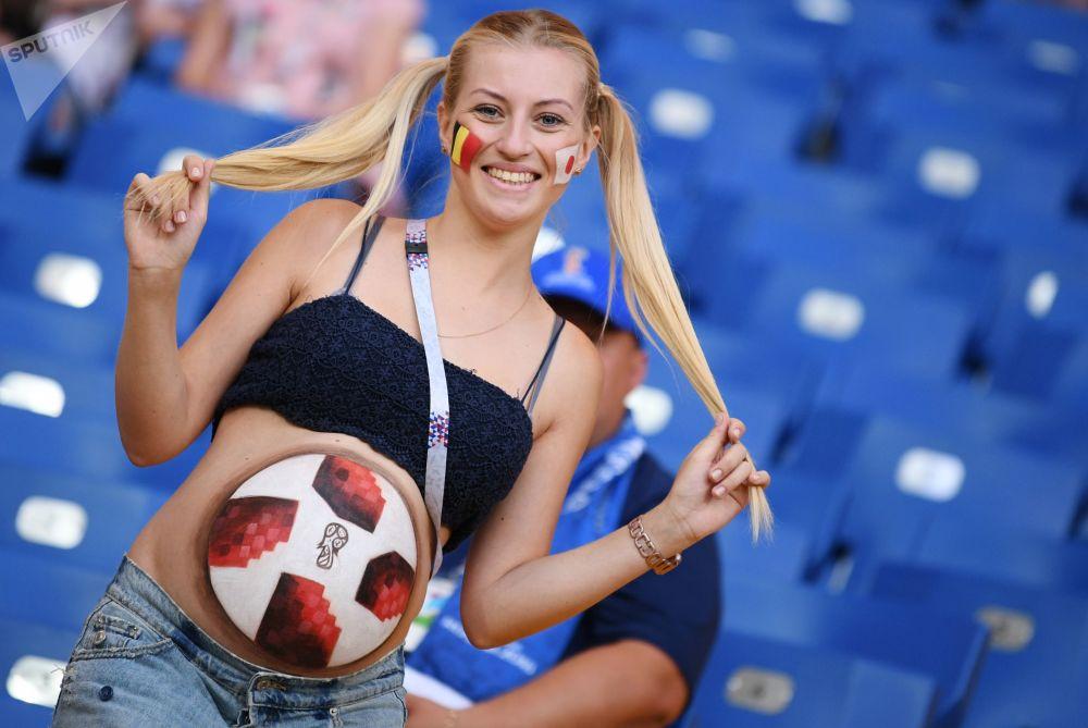 比利时对阵日本的八分之一决赛前的球迷。