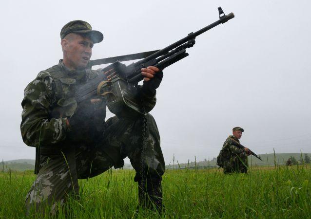 俄东部军区官兵在千岛群岛举行包围非法武装组织的演习