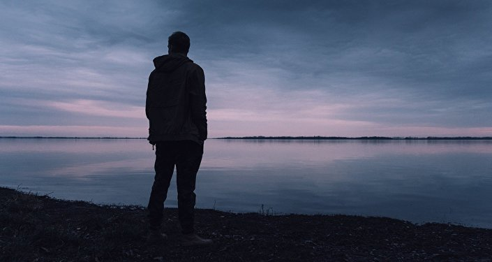 Мужчина в одиночестве на берегу