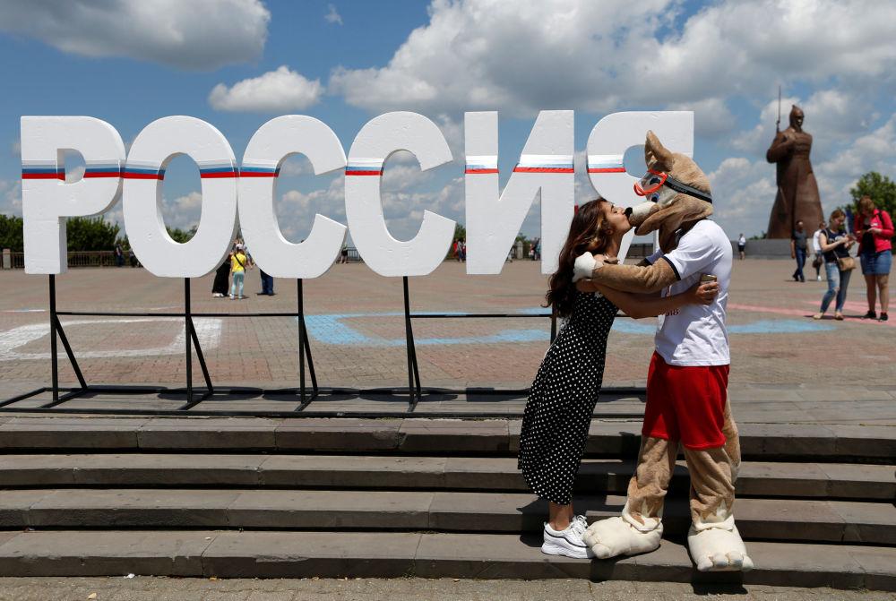 斯塔夫羅波爾。女孩親吻「扎比瓦卡」狼。