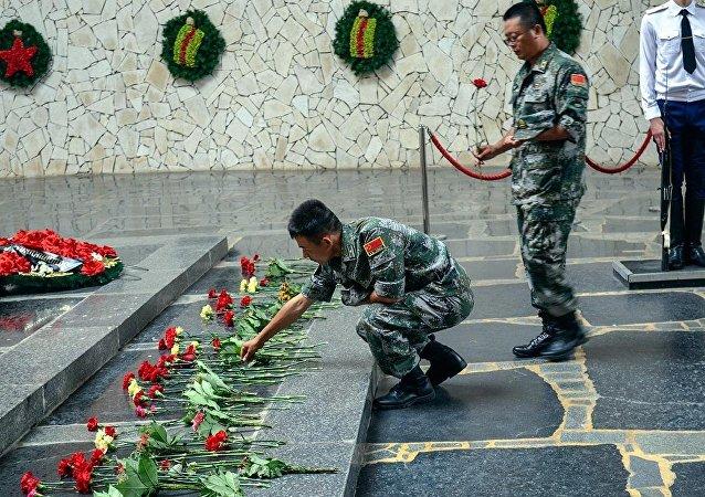 中国军人向斯大林格勒保卫战纪念碑献花