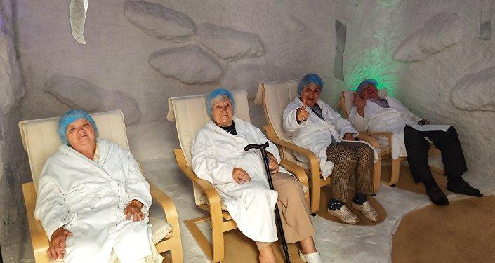 """莫斯科第三十一老职工养老院.有助于器官呼吸的保健项目""""盐浴"""""""
