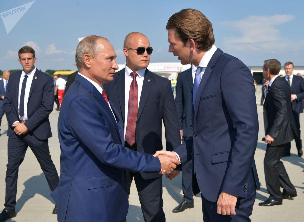 弗萊基米爾·普京和奧地利總理塞巴斯蒂安·庫爾茨在格拉茨機場
