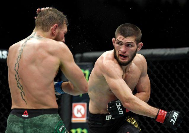 UFC轻量级冠军哈比布•努尔马戈梅多夫(右边)