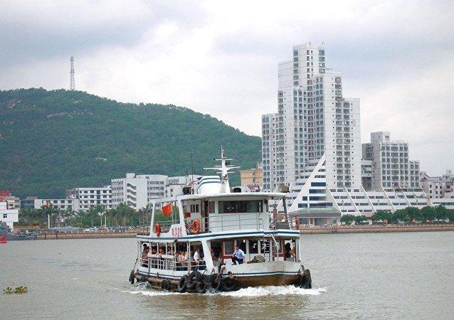 广东发生翻船事故,约70人落水