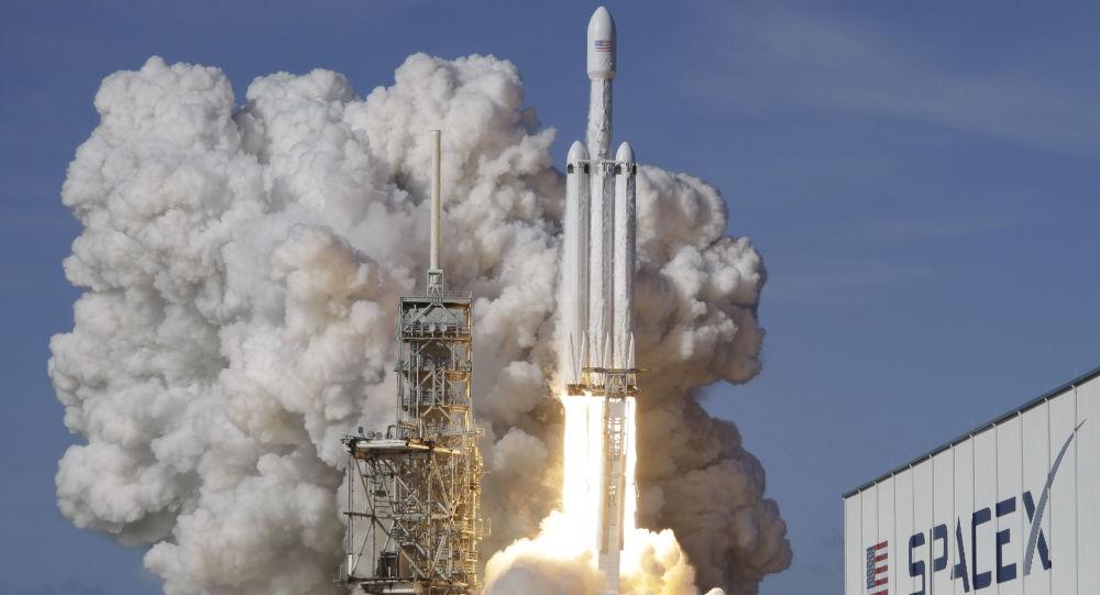"""""""猎鹰9号""""运载火箭搭载又一批""""星链""""卫星从佛州发射升空"""