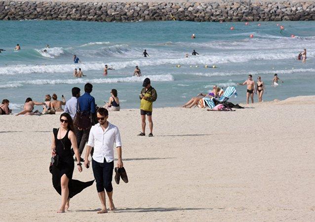 一名游客在意大利因试图运走沙子被罚款1000欧元