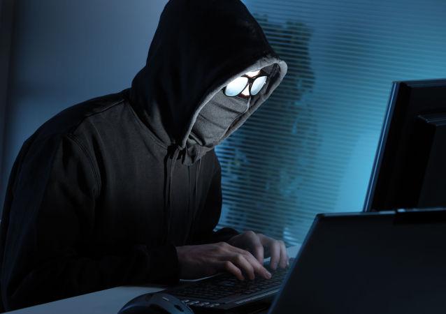 Хакер напротив компьютера