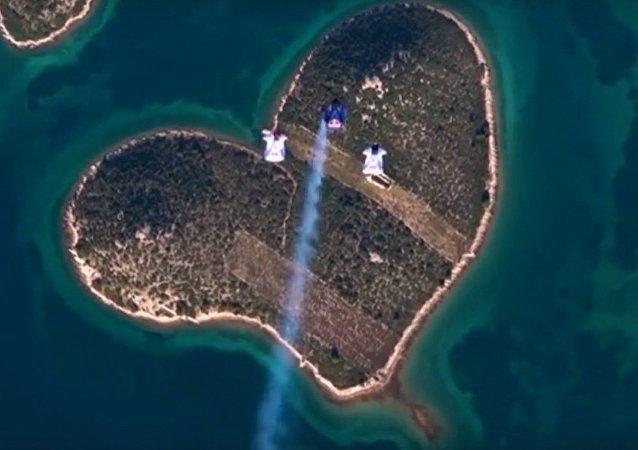 跳傘者飛越心形島