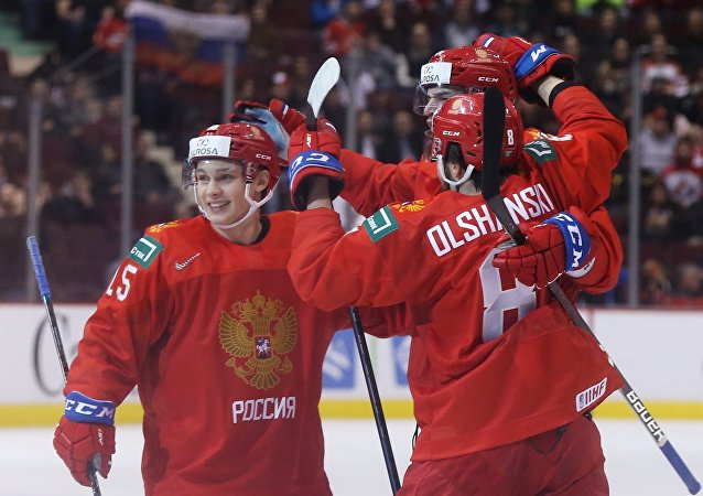 俄羅斯隊在世界青年冰球錦標賽首場比賽中擊敗美國隊