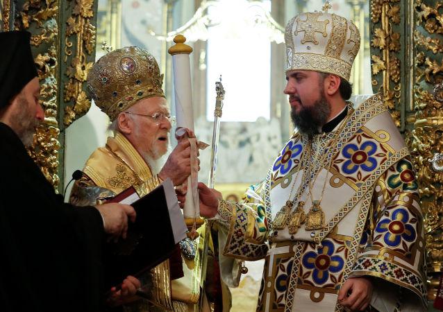 君士坦丁堡普世牧首巴塞洛缪一世向乌克兰转交有关承认新教会独立的文件