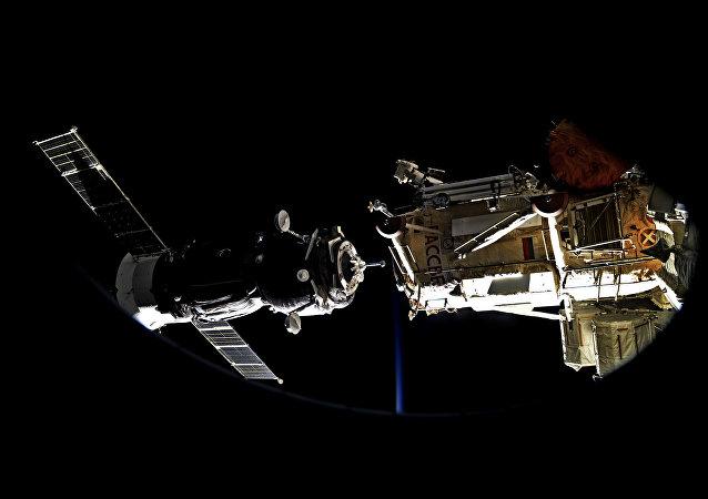 """""""联盟MS-13""""号飞船与国际空间站的对接"""