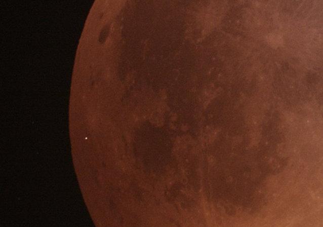 天文学家首次拍摄到陨石坠落在血月上的镜头
