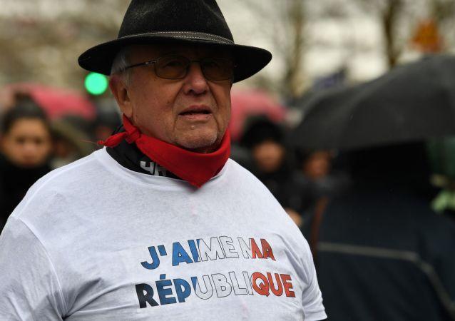 「紅圍巾」遊行