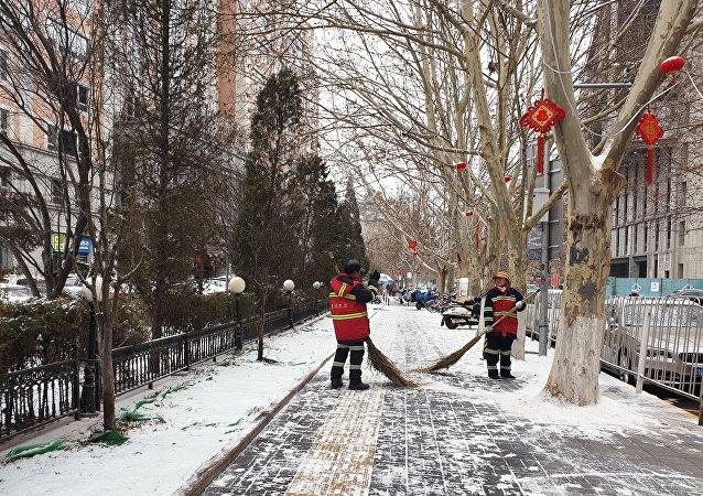北京21日迎來入冬首場降雪 首都機場和大興機場啓動飛機定點除冰