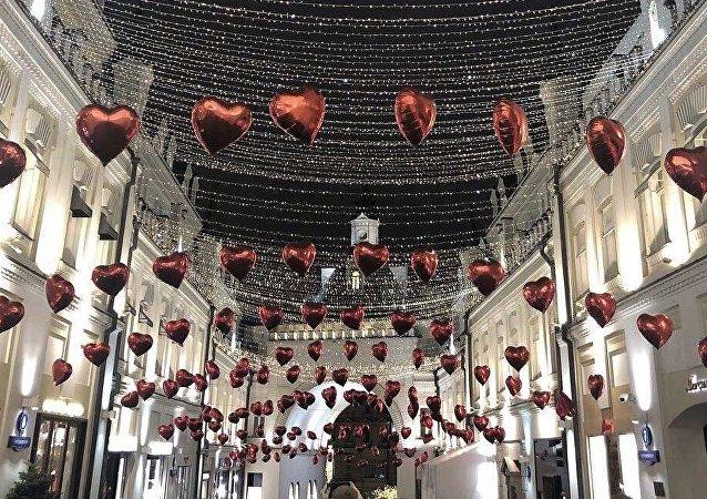 莫斯科步行街上情人节间浪漫的装扮