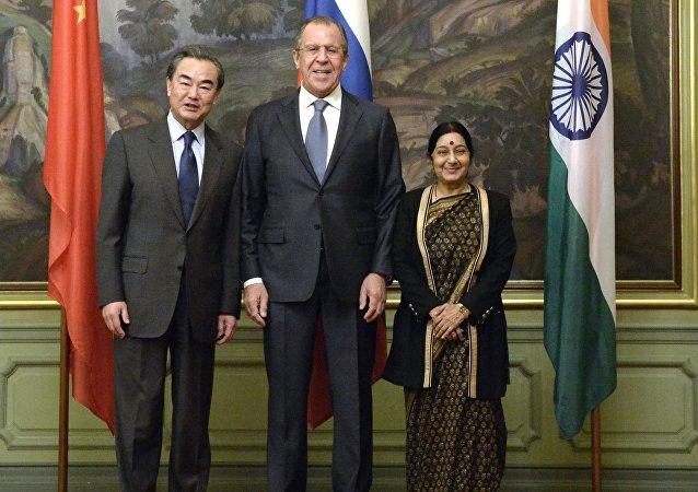 中国外长王毅(左)、俄罗斯外长拉夫罗夫(中)和印度外长斯瓦拉吉