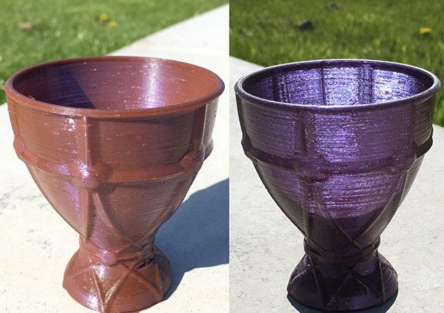 3D打印機打印的高腳杯顏色取決於照明