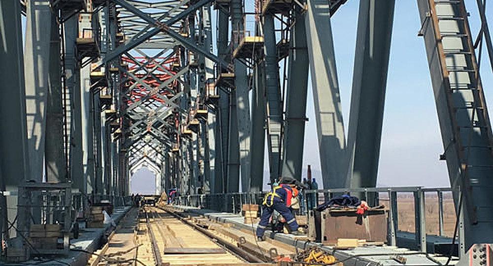 俄中下列寧斯科耶—同江跨境鐵路橋上完成軌道對接