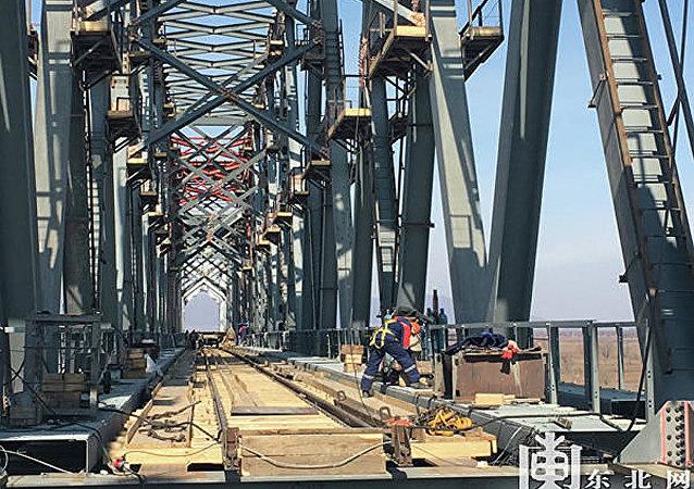 周立群:同江中俄黑龙江铁路大桥铺轨贯通对推进两国经贸高质量发展具有十分重要的意义