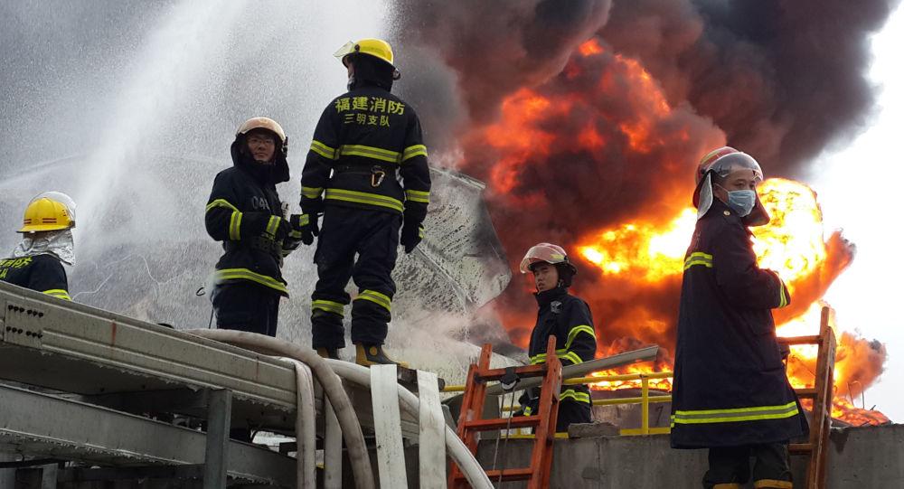 Китайские пожарные на тушении
