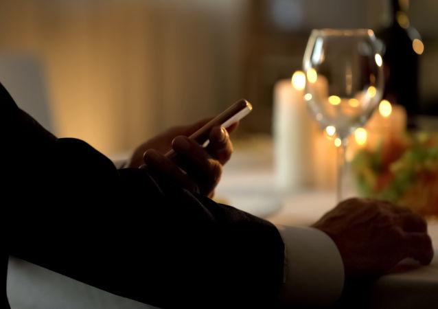 Мужчина в ожидании спутницы в ресторане