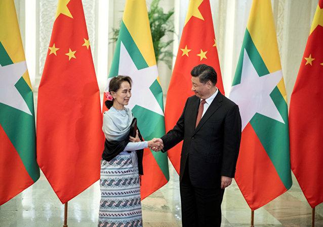 中国国家主席习近平(右)和缅甸国务资政昂山素季
