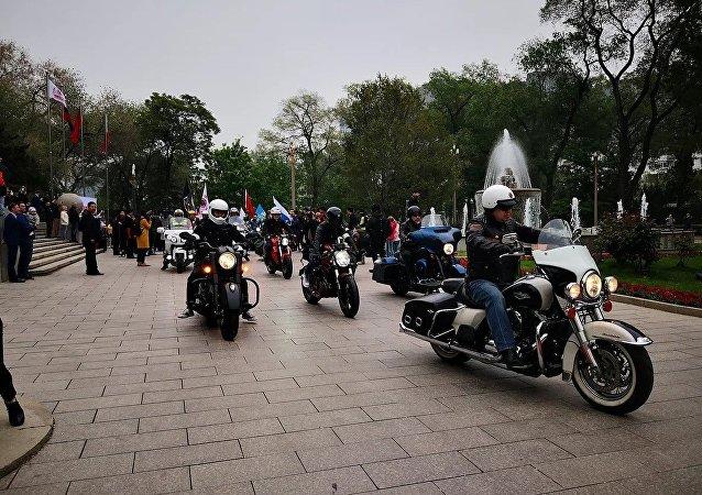 """俄中""""友谊之路""""摩托车拉力赛参赛者"""